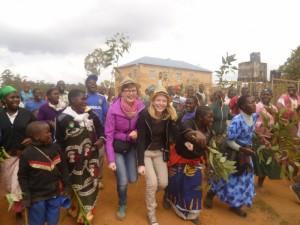 reginas-beim-tanzen-mit-afrikanern