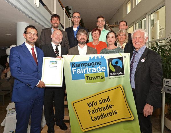 Sie stehen für die Verknüpfung von regionalem und globalem Denken: Landrat Jens Marco Scherf, Harald Blankart (vorne von links), Fairtrade-Ehrenbotschafter Manfred Holz (rechts) und die Mitglieder der Steuerungsgruppe.