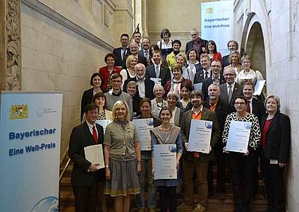 Gruppenbild aller Preisträger und Nominierten zum Bayerischen Eine Welt-Preis 2016