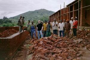 Bauarbeiter und UVIKANJO Mitglieder arbeiten Hand in Hand